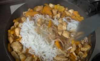 Добавить лапшу к овощам на сковороде