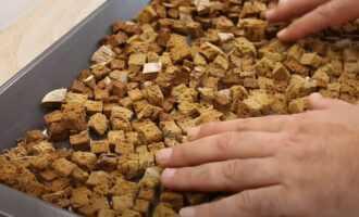 Нарезанный хлеб отправляем в духовку на 40 минут